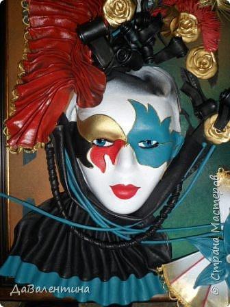 """Добрый день, дорогие друзья по СМ! Сегодня, я предлагаю Вашему вниманию МК по картине, которая называется """"Венецианский карнавал"""". Картина размером 70см х 50см. Каждый год на 12 дней Венеция с ее улочками и площадями, каналами, гондольерами и мостами превращается в гигантскую сцену с декорациями для одного из самых грандиозных и ослепительных карнавалов в мире. Безудержная фантазия, безостановочная музыка, бессонные ночи, парад разукрашенных лодок и гондол на Большом канале, а ещё маски, маски, маски... - всё  это магический средневековый праздник - Венецианский карнавал! Классический венецианский костюм - это белая маска и черный широкий плащ (tabarro) в сочетании с шелковой накидкой (bauta) и треугольной шляпой (tricorno) такого же цвета. С 18-го века благодаря знаменитому авантюристу и путешественнику Джакомо Казанове, костюмы стали красочнее и разнообразнее. В настоящее время существует даже определенная мода на карнавальные костюмы. Эта тема меня чрезвычайно захватывает. Она настолько интересна и многогранна, особенно для мастеров, занимающихся кожей. В картинах с карнавальной тематикой может присутствовать как буйство красок и фактур, также и сдержанность в цвете, монохромность. А сейчас рассмотрим картину с разных сторон. фото 49"""