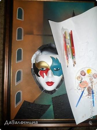 """Добрый день, дорогие друзья по СМ! Сегодня, я предлагаю Вашему вниманию МК по картине, которая называется """"Венецианский карнавал"""". Картина размером 70см х 50см. Каждый год на 12 дней Венеция с ее улочками и площадями, каналами, гондольерами и мостами превращается в гигантскую сцену с декорациями для одного из самых грандиозных и ослепительных карнавалов в мире. Безудержная фантазия, безостановочная музыка, бессонные ночи, парад разукрашенных лодок и гондол на Большом канале, а ещё маски, маски, маски... - всё  это магический средневековый праздник - Венецианский карнавал! Классический венецианский костюм - это белая маска и черный широкий плащ (tabarro) в сочетании с шелковой накидкой (bauta) и треугольной шляпой (tricorno) такого же цвета. С 18-го века благодаря знаменитому авантюристу и путешественнику Джакомо Казанове, костюмы стали красочнее и разнообразнее. В настоящее время существует даже определенная мода на карнавальные костюмы. Эта тема меня чрезвычайно захватывает. Она настолько интересна и многогранна, особенно для мастеров, занимающихся кожей. В картинах с карнавальной тематикой может присутствовать как буйство красок и фактур, также и сдержанность в цвете, монохромность. А сейчас рассмотрим картину с разных сторон. фото 55"""