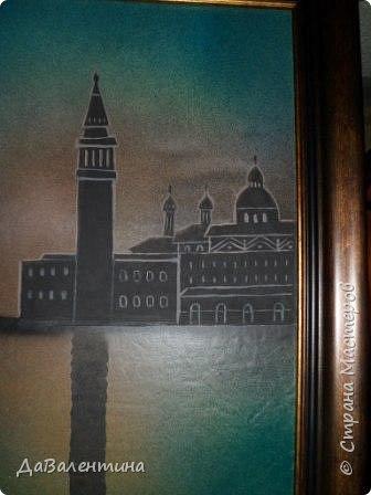 """Добрый день, дорогие друзья по СМ! Сегодня, я предлагаю Вашему вниманию МК по картине, которая называется """"Венецианский карнавал"""". Картина размером 70см х 50см. Каждый год на 12 дней Венеция с ее улочками и площадями, каналами, гондольерами и мостами превращается в гигантскую сцену с декорациями для одного из самых грандиозных и ослепительных карнавалов в мире. Безудержная фантазия, безостановочная музыка, бессонные ночи, парад разукрашенных лодок и гондол на Большом канале, а ещё маски, маски, маски... - всё  это магический средневековый праздник - Венецианский карнавал! Классический венецианский костюм - это белая маска и черный широкий плащ (tabarro) в сочетании с шелковой накидкой (bauta) и треугольной шляпой (tricorno) такого же цвета. С 18-го века благодаря знаменитому авантюристу и путешественнику Джакомо Казанове, костюмы стали красочнее и разнообразнее. В настоящее время существует даже определенная мода на карнавальные костюмы. Эта тема меня чрезвычайно захватывает. Она настолько интересна и многогранна, особенно для мастеров, занимающихся кожей. В картинах с карнавальной тематикой может присутствовать как буйство красок и фактур, также и сдержанность в цвете, монохромность. А сейчас рассмотрим картину с разных сторон. фото 56"""