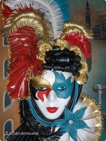 """Добрый день, дорогие друзья по СМ! Сегодня, я предлагаю Вашему вниманию МК по картине, которая называется """"Венецианский карнавал"""". Картина размером 70см х 50см. Каждый год на 12 дней Венеция с ее улочками и площадями, каналами, гондольерами и мостами превращается в гигантскую сцену с декорациями для одного из самых грандиозных и ослепительных карнавалов в мире. Безудержная фантазия, безостановочная музыка, бессонные ночи, парад разукрашенных лодок и гондол на Большом канале, а ещё маски, маски, маски... - всё  это магический средневековый праздник - Венецианский карнавал! Классический венецианский костюм - это белая маска и черный широкий плащ (tabarro) в сочетании с шелковой накидкой (bauta) и треугольной шляпой (tricorno) такого же цвета. С 18-го века благодаря знаменитому авантюристу и путешественнику Джакомо Казанове, костюмы стали красочнее и разнообразнее. В настоящее время существует даже определенная мода на карнавальные костюмы. Эта тема меня чрезвычайно захватывает. Она настолько интересна и многогранна, особенно для мастеров, занимающихся кожей. В картинах с карнавальной тематикой может присутствовать как буйство красок и фактур, также и сдержанность в цвете, монохромность. А сейчас рассмотрим картину с разных сторон. фото 2"""