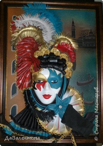 """Добрый день, дорогие друзья по СМ! Сегодня, я предлагаю Вашему вниманию МК по картине, которая называется """"Венецианский карнавал"""". Картина размером 70см х 50см. Каждый год на 12 дней Венеция с ее улочками и площадями, каналами, гондольерами и мостами превращается в гигантскую сцену с декорациями для одного из самых грандиозных и ослепительных карнавалов в мире. Безудержная фантазия, безостановочная музыка, бессонные ночи, парад разукрашенных лодок и гондол на Большом канале, а ещё маски, маски, маски... - всё  это магический средневековый праздник - Венецианский карнавал! Классический венецианский костюм - это белая маска и черный широкий плащ (tabarro) в сочетании с шелковой накидкой (bauta) и треугольной шляпой (tricorno) такого же цвета. С 18-го века благодаря знаменитому авантюристу и путешественнику Джакомо Казанове, костюмы стали красочнее и разнообразнее. В настоящее время существует даже определенная мода на карнавальные костюмы. Эта тема меня чрезвычайно захватывает. Она настолько интересна и многогранна, особенно для мастеров, занимающихся кожей. В картинах с карнавальной тематикой может присутствовать как буйство красок и фактур, также и сдержанность в цвете, монохромность. А сейчас рассмотрим картину с разных сторон. фото 60"""