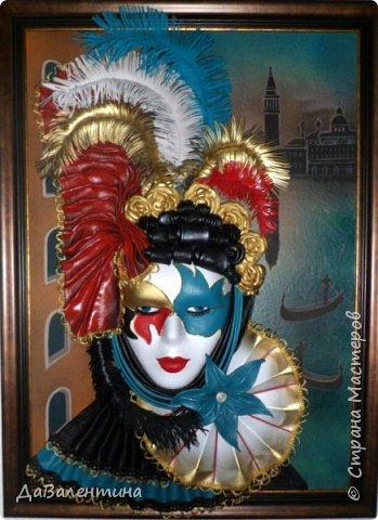 """Добрый день, дорогие друзья по СМ! Сегодня, я предлагаю Вашему вниманию МК по картине, которая называется """"Венецианский карнавал"""". Картина размером 70см х 50см. Каждый год на 12 дней Венеция с ее улочками и площадями, каналами, гондольерами и мостами превращается в гигантскую сцену с декорациями для одного из самых грандиозных и ослепительных карнавалов в мире. Безудержная фантазия, безостановочная музыка, бессонные ночи, парад разукрашенных лодок и гондол на Большом канале, а ещё маски, маски, маски... - всё  это магический средневековый праздник - Венецианский карнавал! Классический венецианский костюм - это белая маска и черный широкий плащ (tabarro) в сочетании с шелковой накидкой (bauta) и треугольной шляпой (tricorno) такого же цвета. С 18-го века благодаря знаменитому авантюристу и путешественнику Джакомо Казанове, костюмы стали красочнее и разнообразнее. В настоящее время существует даже определенная мода на карнавальные костюмы. Эта тема меня чрезвычайно захватывает. Она настолько интересна и многогранна, особенно для мастеров, занимающихся кожей. В картинах с карнавальной тематикой может присутствовать как буйство красок и фактур, также и сдержанность в цвете, монохромность. А сейчас рассмотрим картину с разных сторон. фото 1"""