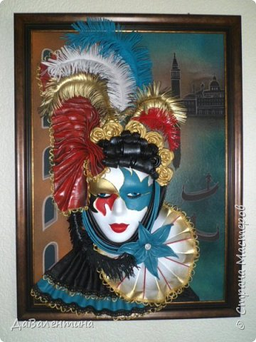 """Добрый день, дорогие друзья по СМ! Сегодня, я предлагаю Вашему вниманию МК по картине, которая называется """"Венецианский карнавал"""". Картина размером 70см х 50см. Каждый год на 12 дней Венеция с ее улочками и площадями, каналами, гондольерами и мостами превращается в гигантскую сцену с декорациями для одного из самых грандиозных и ослепительных карнавалов в мире. Безудержная фантазия, безостановочная музыка, бессонные ночи, парад разукрашенных лодок и гондол на Большом канале, а ещё маски, маски, маски... - всё  это магический средневековый праздник - Венецианский карнавал! Классический венецианский костюм - это белая маска и черный широкий плащ (tabarro) в сочетании с шелковой накидкой (bauta) и треугольной шляпой (tricorno) такого же цвета. С 18-го века благодаря знаменитому авантюристу и путешественнику Джакомо Казанове, костюмы стали красочнее и разнообразнее. В настоящее время существует даже определенная мода на карнавальные костюмы. Эта тема меня чрезвычайно захватывает. Она настолько интересна и многогранна, особенно для мастеров, занимающихся кожей. В картинах с карнавальной тематикой может присутствовать как буйство красок и фактур, также и сдержанность в цвете, монохромность. А сейчас рассмотрим картину с разных сторон. фото 61"""