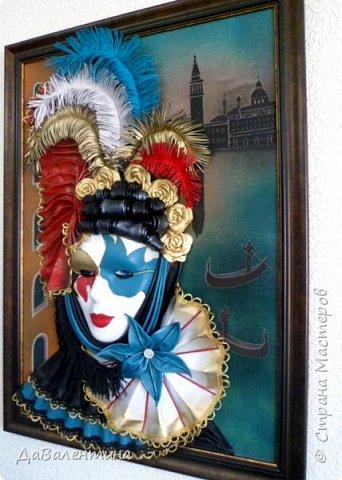 """Добрый день, дорогие друзья по СМ! Сегодня, я предлагаю Вашему вниманию МК по картине, которая называется """"Венецианский карнавал"""". Картина размером 70см х 50см. Каждый год на 12 дней Венеция с ее улочками и площадями, каналами, гондольерами и мостами превращается в гигантскую сцену с декорациями для одного из самых грандиозных и ослепительных карнавалов в мире. Безудержная фантазия, безостановочная музыка, бессонные ночи, парад разукрашенных лодок и гондол на Большом канале, а ещё маски, маски, маски... - всё  это магический средневековый праздник - Венецианский карнавал! Классический венецианский костюм - это белая маска и черный широкий плащ (tabarro) в сочетании с шелковой накидкой (bauta) и треугольной шляпой (tricorno) такого же цвета. С 18-го века благодаря знаменитому авантюристу и путешественнику Джакомо Казанове, костюмы стали красочнее и разнообразнее. В настоящее время существует даже определенная мода на карнавальные костюмы. Эта тема меня чрезвычайно захватывает. Она настолько интересна и многогранна, особенно для мастеров, занимающихся кожей. В картинах с карнавальной тематикой может присутствовать как буйство красок и фактур, также и сдержанность в цвете, монохромность. А сейчас рассмотрим картину с разных сторон. фото 4"""