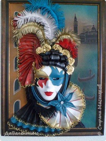 """Добрый день, дорогие друзья по СМ! Сегодня, я предлагаю Вашему вниманию МК по картине, которая называется """"Венецианский карнавал"""". Картина размером 70см х 50см. Каждый год на 12 дней Венеция с ее улочками и площадями, каналами, гондольерами и мостами превращается в гигантскую сцену с декорациями для одного из самых грандиозных и ослепительных карнавалов в мире. Безудержная фантазия, безостановочная музыка, бессонные ночи, парад разукрашенных лодок и гондол на Большом канале, а ещё маски, маски, маски... - всё  это магический средневековый праздник - Венецианский карнавал! Классический венецианский костюм - это белая маска и черный широкий плащ (tabarro) в сочетании с шелковой накидкой (bauta) и треугольной шляпой (tricorno) такого же цвета. С 18-го века благодаря знаменитому авантюристу и путешественнику Джакомо Казанове, костюмы стали красочнее и разнообразнее. В настоящее время существует даже определенная мода на карнавальные костюмы. Эта тема меня чрезвычайно захватывает. Она настолько интересна и многогранна, особенно для мастеров, занимающихся кожей. В картинах с карнавальной тематикой может присутствовать как буйство красок и фактур, также и сдержанность в цвете, монохромность. А сейчас рассмотрим картину с разных сторон. фото 6"""