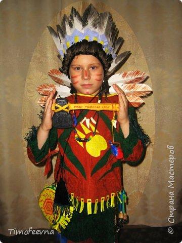 """Здравствуйте гости моего блога!  Хочу показать вам костюм, который я приготовила своему сыну на празднование последнего Нового года (2015). Это костюм-переделка из покупного черепашки-ниндзя в индейского шамана. На штанах и рубахе аппликации из вискозных (моих любимых:) салфеток. Жёлтая бахрома из тех же салфеток, а на рукавах бахрома покупная. В руках у сына ритуальный топорик. Рукоятку выстрогал из дерева наш дедушка, а топорище я слепила из солёного теста. На рукоятке имя моего шамана: Михо медвежья лапа. Ударение на О. На груди шамана его знак - медвежья лапа :) Топорик украшен зубом из соленого теста и цветными перышками. На штанине сбоку есть специальная """"кобура"""" под топорик, он прочно вставляется и не мешает ходьбе и танцам вокруг костра."""