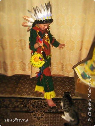 """Здравствуйте гости моего блога!  Хочу показать вам костюм, который я приготовила своему сыну на празднование последнего Нового года (2015). Это костюм-переделка из покупного черепашки-ниндзя в индейского шамана. На штанах и рубахе аппликации из вискозных (моих любимых:) салфеток. Жёлтая бахрома из тех же салфеток, а на рукавах бахрома покупная. В руках у сына ритуальный топорик. Рукоятку выстрогал из дерева наш дедушка, а топорище я слепила из солёного теста. На рукоятке имя моего шамана: Михо медвежья лапа. Ударение на О. На груди шамана его знак - медвежья лапа :) Топорик украшен зубом из соленого теста и цветными перышками. На штанине сбоку есть специальная """"кобура"""" под топорик, он прочно вставляется и не мешает ходьбе и танцам вокруг костра. фото 2"""