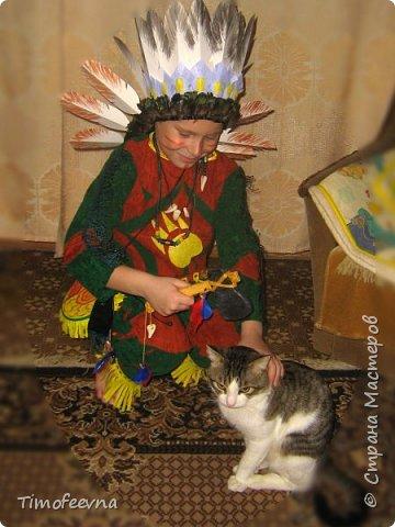 """Здравствуйте гости моего блога!  Хочу показать вам костюм, который я приготовила своему сыну на празднование последнего Нового года (2015). Это костюм-переделка из покупного черепашки-ниндзя в индейского шамана. На штанах и рубахе аппликации из вискозных (моих любимых:) салфеток. Жёлтая бахрома из тех же салфеток, а на рукавах бахрома покупная. В руках у сына ритуальный топорик. Рукоятку выстрогал из дерева наш дедушка, а топорище я слепила из солёного теста. На рукоятке имя моего шамана: Михо медвежья лапа. Ударение на О. На груди шамана его знак - медвежья лапа :) Топорик украшен зубом из соленого теста и цветными перышками. На штанине сбоку есть специальная """"кобура"""" под топорик, он прочно вставляется и не мешает ходьбе и танцам вокруг костра. фото 4"""