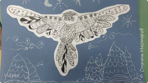 Рисовали с детками подготовительной группы сказочную сову. Сначала на белом листе делали набросок совы (по схеме) простым карандашом, потом обводили и рисовали узоры на крыльях черной гелевой ручкой (карандаш потом стирали). Сову вырезали и наклеили на лист цветной акварельной бумаги, дорисовывали белой гелевой ручкой. Это моя совушка: фото 5