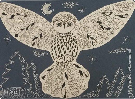 Рисовали с детками подготовительной группы сказочную сову. Сначала на белом листе делали набросок совы (по схеме) простым карандашом, потом обводили и рисовали узоры на крыльях черной гелевой ручкой (карандаш потом стирали). Сову вырезали и наклеили на лист цветной акварельной бумаги, дорисовывали белой гелевой ручкой. Это моя совушка: фото 1