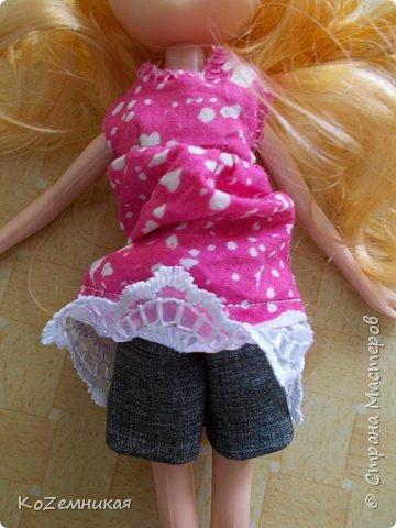 Несколько лет назад шила и вязала барбейкам одежки. Это были мои первые кукольные работы для дочкиных кукол. К сожалению, они не сохранились. И куклешек многих уже нет. Только фотки остались фото 6