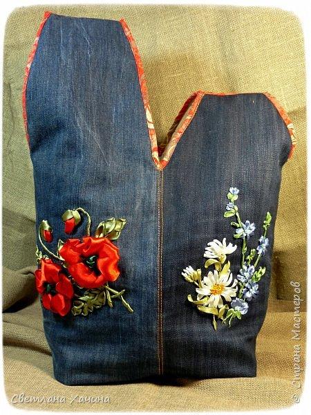 Это моя давняя хотелка-мечталка. Давно я облизывалась на такую сумочку, очень хотелось сшить. Собирала выкройки, идеи. И на конкурс хотела сделать именно японский узелок, но меня понесло на бохо-волне и я не смогла правильно расположить цветы. В результате цветы потерялись в драпировке. Пришлось переделывать. Не жалею. Зато родилась эта, джинсовая с полевыми цветами.  У меня есть одна потрясающая заказчица, которая мне не даёт закиснуть и заставляет двигаться вперёд и развиваться. У неё возникают идеи(она художница и с фантазией у неё всё в порядке), а я отдуваюсь! В лучшем смысле этого слова. И этот узелок результат работы над новым заказом. Мне заказали сумку с вышивкой лентами, а цветы должны быть полевыми! Сначала я подумала- ерунда какая-то. Вот розы -это да! А лютики-одуванчики.... простенько слишком. ОООО, как я ошибалась! Когда залезла в интернет то уже через полчаса поисков от этой моей идиотской мысли и следа не осталось. Я сидела с раскрытым ртом , совершенно обалдевшая в состоянии восторга! Лютики, одуванчики, колокольчики, маки, ромашки, цикорий....и ещё масса, безымянных для меня цветов. Даже чертополох впечатлил и поразил до глубины души! А ведь это ещё не всё, я заметила, что очень важен подбор цветочков в букете. Казалась бы мелочь - маки, ромашки и... ландыши например. Ну может не ландыши, ну другие какие ни будь цветы из тех которые цветут раньше или позже. И чего придираешься, сказала мне моя сестра, ведь красиво смотрится, это ты просто зануда и цепляешься. А ведь даже и не смотрится. Я много чего хотела вышить, в результате большая часть цветов была отодвинута на потом. Каждому овощу своё время! Это не я придумала. И не встречаются нарциссы и подсолнухи в одном букете, а рядом с хризантемами потеряются одуванчики.  фото 3