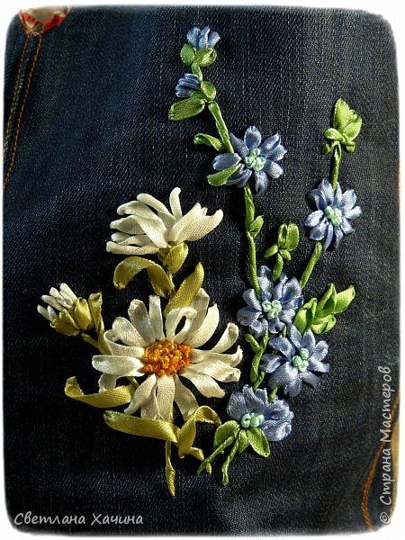 Это моя давняя хотелка-мечталка. Давно я облизывалась на такую сумочку, очень хотелось сшить. Собирала выкройки, идеи. И на конкурс хотела сделать именно японский узелок, но меня понесло на бохо-волне и я не смогла правильно расположить цветы. В результате цветы потерялись в драпировке. Пришлось переделывать. Не жалею. Зато родилась эта, джинсовая с полевыми цветами.  У меня есть одна потрясающая заказчица, которая мне не даёт закиснуть и заставляет двигаться вперёд и развиваться. У неё возникают идеи(она художница и с фантазией у неё всё в порядке), а я отдуваюсь! В лучшем смысле этого слова. И этот узелок результат работы над новым заказом. Мне заказали сумку с вышивкой лентами, а цветы должны быть полевыми! Сначала я подумала- ерунда какая-то. Вот розы -это да! А лютики-одуванчики.... простенько слишком. ОООО, как я ошибалась! Когда залезла в интернет то уже через полчаса поисков от этой моей идиотской мысли и следа не осталось. Я сидела с раскрытым ртом , совершенно обалдевшая в состоянии восторга! Лютики, одуванчики, колокольчики, маки, ромашки, цикорий....и ещё масса, безымянных для меня цветов. Даже чертополох впечатлил и поразил до глубины души! А ведь это ещё не всё, я заметила, что очень важен подбор цветочков в букете. Казалась бы мелочь - маки, ромашки и... ландыши например. Ну может не ландыши, ну другие какие ни будь цветы из тех которые цветут раньше или позже. И чего придираешься, сказала мне моя сестра, ведь красиво смотрится, это ты просто зануда и цепляешься. А ведь даже и не смотрится. Я много чего хотела вышить, в результате большая часть цветов была отодвинута на потом. Каждому овощу своё время! Это не я придумала. И не встречаются нарциссы и подсолнухи в одном букете, а рядом с хризантемами потеряются одуванчики.  фото 4