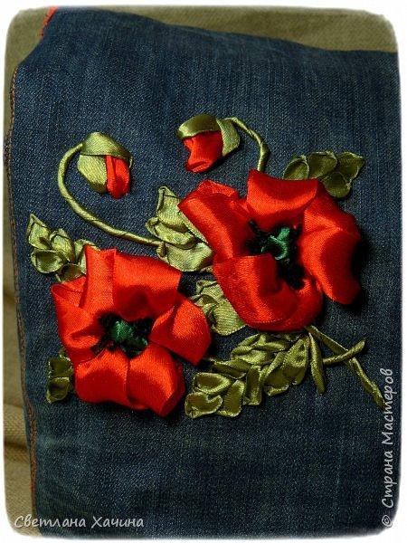 Это моя давняя хотелка-мечталка. Давно я облизывалась на такую сумочку, очень хотелось сшить. Собирала выкройки, идеи. И на конкурс хотела сделать именно японский узелок, но меня понесло на бохо-волне и я не смогла правильно расположить цветы. В результате цветы потерялись в драпировке. Пришлось переделывать. Не жалею. Зато родилась эта, джинсовая с полевыми цветами.  У меня есть одна потрясающая заказчица, которая мне не даёт закиснуть и заставляет двигаться вперёд и развиваться. У неё возникают идеи(она художница и с фантазией у неё всё в порядке), а я отдуваюсь! В лучшем смысле этого слова. И этот узелок результат работы над новым заказом. Мне заказали сумку с вышивкой лентами, а цветы должны быть полевыми! Сначала я подумала- ерунда какая-то. Вот розы -это да! А лютики-одуванчики.... простенько слишком. ОООО, как я ошибалась! Когда залезла в интернет то уже через полчаса поисков от этой моей идиотской мысли и следа не осталось. Я сидела с раскрытым ртом , совершенно обалдевшая в состоянии восторга! Лютики, одуванчики, колокольчики, маки, ромашки, цикорий....и ещё масса, безымянных для меня цветов. Даже чертополох впечатлил и поразил до глубины души! А ведь это ещё не всё, я заметила, что очень важен подбор цветочков в букете. Казалась бы мелочь - маки, ромашки и... ландыши например. Ну может не ландыши, ну другие какие ни будь цветы из тех которые цветут раньше или позже. И чего придираешься, сказала мне моя сестра, ведь красиво смотрится, это ты просто зануда и цепляешься. А ведь даже и не смотрится. Я много чего хотела вышить, в результате большая часть цветов была отодвинута на потом. Каждому овощу своё время! Это не я придумала. И не встречаются нарциссы и подсолнухи в одном букете, а рядом с хризантемами потеряются одуванчики.  фото 5