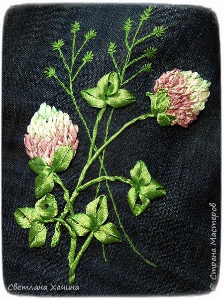 Это моя давняя хотелка-мечталка. Давно я облизывалась на такую сумочку, очень хотелось сшить. Собирала выкройки, идеи. И на конкурс хотела сделать именно японский узелок, но меня понесло на бохо-волне и я не смогла правильно расположить цветы. В результате цветы потерялись в драпировке. Пришлось переделывать. Не жалею. Зато родилась эта, джинсовая с полевыми цветами.  У меня есть одна потрясающая заказчица, которая мне не даёт закиснуть и заставляет двигаться вперёд и развиваться. У неё возникают идеи(она художница и с фантазией у неё всё в порядке), а я отдуваюсь! В лучшем смысле этого слова. И этот узелок результат работы над новым заказом. Мне заказали сумку с вышивкой лентами, а цветы должны быть полевыми! Сначала я подумала- ерунда какая-то. Вот розы -это да! А лютики-одуванчики.... простенько слишком. ОООО, как я ошибалась! Когда залезла в интернет то уже через полчаса поисков от этой моей идиотской мысли и следа не осталось. Я сидела с раскрытым ртом , совершенно обалдевшая в состоянии восторга! Лютики, одуванчики, колокольчики, маки, ромашки, цикорий....и ещё масса, безымянных для меня цветов. Даже чертополох впечатлил и поразил до глубины души! А ведь это ещё не всё, я заметила, что очень важен подбор цветочков в букете. Казалась бы мелочь - маки, ромашки и... ландыши например. Ну может не ландыши, ну другие какие ни будь цветы из тех которые цветут раньше или позже. И чего придираешься, сказала мне моя сестра, ведь красиво смотрится, это ты просто зануда и цепляешься. А ведь даже и не смотрится. Я много чего хотела вышить, в результате большая часть цветов была отодвинута на потом. Каждому овощу своё время! Это не я придумала. И не встречаются нарциссы и подсолнухи в одном букете, а рядом с хризантемами потеряются одуванчики.  фото 6
