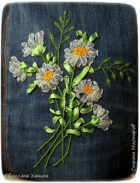 Это моя давняя хотелка-мечталка. Давно я облизывалась на такую сумочку, очень хотелось сшить. Собирала выкройки, идеи. И на конкурс хотела сделать именно японский узелок, но меня понесло на бохо-волне и я не смогла правильно расположить цветы. В результате цветы потерялись в драпировке. Пришлось переделывать. Не жалею. Зато родилась эта, джинсовая с полевыми цветами.  У меня есть одна потрясающая заказчица, которая мне не даёт закиснуть и заставляет двигаться вперёд и развиваться. У неё возникают идеи(она художница и с фантазией у неё всё в порядке), а я отдуваюсь! В лучшем смысле этого слова. И этот узелок результат работы над новым заказом. Мне заказали сумку с вышивкой лентами, а цветы должны быть полевыми! Сначала я подумала- ерунда какая-то. Вот розы -это да! А лютики-одуванчики.... простенько слишком. ОООО, как я ошибалась! Когда залезла в интернет то уже через полчаса поисков от этой моей идиотской мысли и следа не осталось. Я сидела с раскрытым ртом , совершенно обалдевшая в состоянии восторга! Лютики, одуванчики, колокольчики, маки, ромашки, цикорий....и ещё масса, безымянных для меня цветов. Даже чертополох впечатлил и поразил до глубины души! А ведь это ещё не всё, я заметила, что очень важен подбор цветочков в букете. Казалась бы мелочь - маки, ромашки и... ландыши например. Ну может не ландыши, ну другие какие ни будь цветы из тех которые цветут раньше или позже. И чего придираешься, сказала мне моя сестра, ведь красиво смотрится, это ты просто зануда и цепляешься. А ведь даже и не смотрится. Я много чего хотела вышить, в результате большая часть цветов была отодвинута на потом. Каждому овощу своё время! Это не я придумала. И не встречаются нарциссы и подсолнухи в одном букете, а рядом с хризантемами потеряются одуванчики.  фото 7