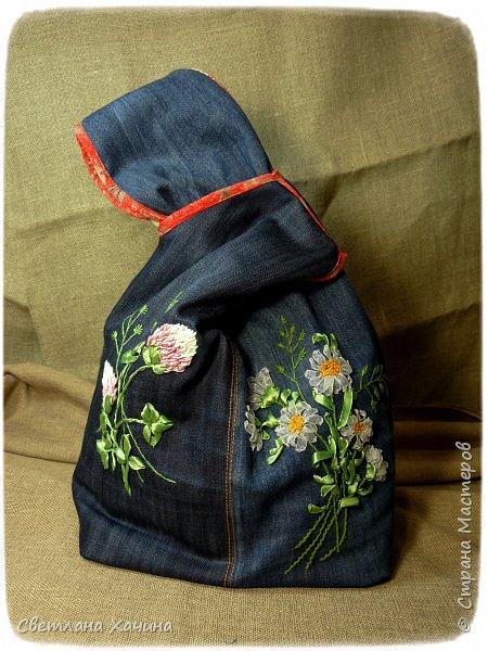 Это моя давняя хотелка-мечталка. Давно я облизывалась на такую сумочку, очень хотелось сшить. Собирала выкройки, идеи. И на конкурс хотела сделать именно японский узелок, но меня понесло на бохо-волне и я не смогла правильно расположить цветы. В результате цветы потерялись в драпировке. Пришлось переделывать. Не жалею. Зато родилась эта, джинсовая с полевыми цветами.  У меня есть одна потрясающая заказчица, которая мне не даёт закиснуть и заставляет двигаться вперёд и развиваться. У неё возникают идеи(она художница и с фантазией у неё всё в порядке), а я отдуваюсь! В лучшем смысле этого слова. И этот узелок результат работы над новым заказом. Мне заказали сумку с вышивкой лентами, а цветы должны быть полевыми! Сначала я подумала- ерунда какая-то. Вот розы -это да! А лютики-одуванчики.... простенько слишком. ОООО, как я ошибалась! Когда залезла в интернет то уже через полчаса поисков от этой моей идиотской мысли и следа не осталось. Я сидела с раскрытым ртом , совершенно обалдевшая в состоянии восторга! Лютики, одуванчики, колокольчики, маки, ромашки, цикорий....и ещё масса, безымянных для меня цветов. Даже чертополох впечатлил и поразил до глубины души! А ведь это ещё не всё, я заметила, что очень важен подбор цветочков в букете. Казалась бы мелочь - маки, ромашки и... ландыши например. Ну может не ландыши, ну другие какие ни будь цветы из тех которые цветут раньше или позже. И чего придираешься, сказала мне моя сестра, ведь красиво смотрится, это ты просто зануда и цепляешься. А ведь даже и не смотрится. Я много чего хотела вышить, в результате большая часть цветов была отодвинута на потом. Каждому овощу своё время! Это не я придумала. И не встречаются нарциссы и подсолнухи в одном букете, а рядом с хризантемами потеряются одуванчики.  фото 2