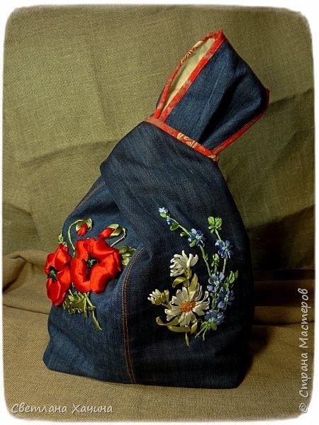 Это моя давняя хотелка-мечталка. Давно я облизывалась на такую сумочку, очень хотелось сшить. Собирала выкройки, идеи. И на конкурс хотела сделать именно японский узелок, но меня понесло на бохо-волне и я не смогла правильно расположить цветы. В результате цветы потерялись в драпировке. Пришлось переделывать. Не жалею. Зато родилась эта, джинсовая с полевыми цветами.  У меня есть одна потрясающая заказчица, которая мне не даёт закиснуть и заставляет двигаться вперёд и развиваться. У неё возникают идеи(она художница и с фантазией у неё всё в порядке), а я отдуваюсь! В лучшем смысле этого слова. И этот узелок результат работы над новым заказом. Мне заказали сумку с вышивкой лентами, а цветы должны быть полевыми! Сначала я подумала- ерунда какая-то. Вот розы -это да! А лютики-одуванчики.... простенько слишком. ОООО, как я ошибалась! Когда залезла в интернет то уже через полчаса поисков от этой моей идиотской мысли и следа не осталось. Я сидела с раскрытым ртом , совершенно обалдевшая в состоянии восторга! Лютики, одуванчики, колокольчики, маки, ромашки, цикорий....и ещё масса, безымянных для меня цветов. Даже чертополох впечатлил и поразил до глубины души! А ведь это ещё не всё, я заметила, что очень важен подбор цветочков в букете. Казалась бы мелочь - маки, ромашки и... ландыши например. Ну может не ландыши, ну другие какие ни будь цветы из тех которые цветут раньше или позже. И чего придираешься, сказала мне моя сестра, ведь красиво смотрится, это ты просто зануда и цепляешься. А ведь даже и не смотрится. Я много чего хотела вышить, в результате большая часть цветов была отодвинута на потом. Каждому овощу своё время! Это не я придумала. И не встречаются нарциссы и подсолнухи в одном букете, а рядом с хризантемами потеряются одуванчики.  фото 1