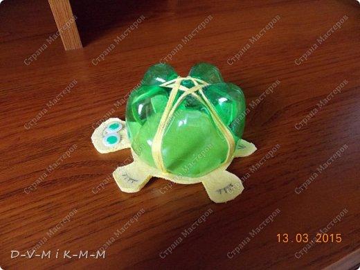 Наша доченька очень любит купаться в ванной. У нее есть несколько игрушек, с которыми она совершает большое плавание.  Как-то на просторах интернета я увидела фото морской черепашки, которую сделали своими руками. Вот я и сповторюшничала;-)). Спасибо автору за идею!  Решила поделиться с вами, дорогие гости и жители СТРАНЫ МАСТЕРОВ.   фото 25