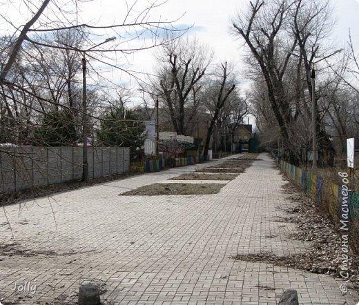 """Хотите, я расскажу вам про Парк? Нет, не про центральный лощеный Щербакова, и не про Кованные фигуры. Я расскажу про парк, потерявшийся, как я сам.  Если вы хотите знать, как добраться, этот парк называется """"Городок"""" и находится в городе Донецке. Раньше... Намного раньше, более 10 лет назад, а для нас это большой срок, можете поверить, он звался просто парком, ну или парком """"смолянковским"""". Тихий, заросший, с остатками танцплощадки и детского городка, он дремал днем и оживал ночью. Днем в парке гуляли поколения ребятни и собак, а ночью - тени. фото 3"""