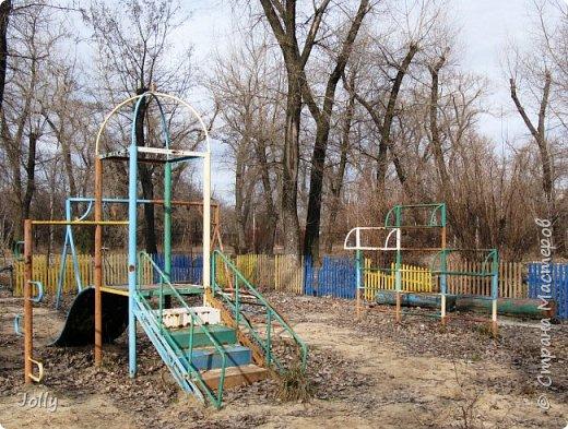"""Хотите, я расскажу вам про Парк? Нет, не про центральный лощеный Щербакова, и не про Кованные фигуры. Я расскажу про парк, потерявшийся, как я сам.  Если вы хотите знать, как добраться, этот парк называется """"Городок"""" и находится в городе Донецке. Раньше... Намного раньше, более 10 лет назад, а для нас это большой срок, можете поверить, он звался просто парком, ну или парком """"смолянковским"""". Тихий, заросший, с остатками танцплощадки и детского городка, он дремал днем и оживал ночью. Днем в парке гуляли поколения ребятни и собак, а ночью - тени. фото 16"""