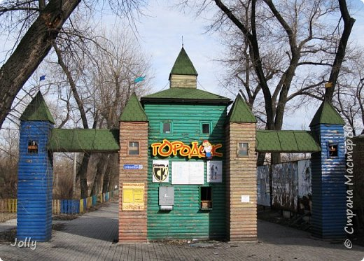 """Хотите, я расскажу вам про Парк? Нет, не про центральный лощеный Щербакова, и не про Кованные фигуры. Я расскажу про парк, потерявшийся, как я сам.  Если вы хотите знать, как добраться, этот парк называется """"Городок"""" и находится в городе Донецке. Раньше... Намного раньше, более 10 лет назад, а для нас это большой срок, можете поверить, он звался просто парком, ну или парком """"смолянковским"""". Тихий, заросший, с остатками танцплощадки и детского городка, он дремал днем и оживал ночью. Днем в парке гуляли поколения ребятни и собак, а ночью - тени. фото 1"""