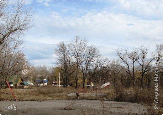 """Хотите, я расскажу вам про Парк? Нет, не про центральный лощеный Щербакова, и не про Кованные фигуры. Я расскажу про парк, потерявшийся, как я сам.  Если вы хотите знать, как добраться, этот парк называется """"Городок"""" и находится в городе Донецке. Раньше... Намного раньше, более 10 лет назад, а для нас это большой срок, можете поверить, он звался просто парком, ну или парком """"смолянковским"""". Тихий, заросший, с остатками танцплощадки и детского городка, он дремал днем и оживал ночью. Днем в парке гуляли поколения ребятни и собак, а ночью - тени. фото 18"""