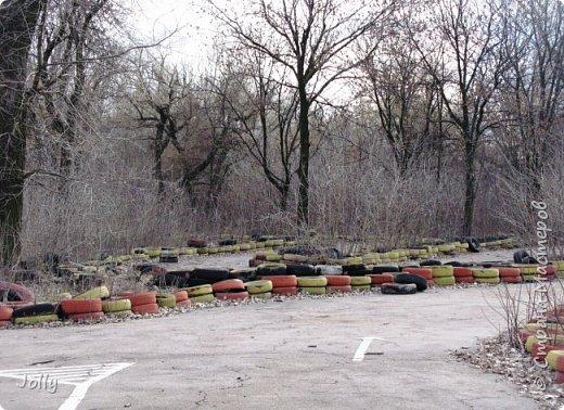 """Хотите, я расскажу вам про Парк? Нет, не про центральный лощеный Щербакова, и не про Кованные фигуры. Я расскажу про парк, потерявшийся, как я сам.  Если вы хотите знать, как добраться, этот парк называется """"Городок"""" и находится в городе Донецке. Раньше... Намного раньше, более 10 лет назад, а для нас это большой срок, можете поверить, он звался просто парком, ну или парком """"смолянковским"""". Тихий, заросший, с остатками танцплощадки и детского городка, он дремал днем и оживал ночью. Днем в парке гуляли поколения ребятни и собак, а ночью - тени. фото 36"""