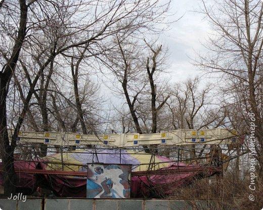 """Хотите, я расскажу вам про Парк? Нет, не про центральный лощеный Щербакова, и не про Кованные фигуры. Я расскажу про парк, потерявшийся, как я сам.  Если вы хотите знать, как добраться, этот парк называется """"Городок"""" и находится в городе Донецке. Раньше... Намного раньше, более 10 лет назад, а для нас это большой срок, можете поверить, он звался просто парком, ну или парком """"смолянковским"""". Тихий, заросший, с остатками танцплощадки и детского городка, он дремал днем и оживал ночью. Днем в парке гуляли поколения ребятни и собак, а ночью - тени. фото 37"""