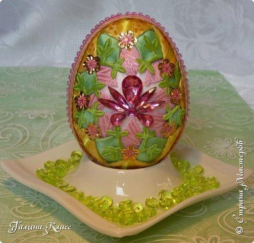 """Мои новые пасхальные яйца-перевёртыши! Так как яиц у меня уже очень много, а идеи по их оформлению не кончаются, я сначала делаю обе стороны яйца из одинаковых лент, а потом оформляю их по-разному. В итоге на тебя """"смотрит"""" одно яйцо, а в зеркале отражается другое! фото 7"""