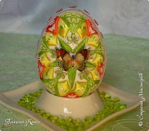 """Мои новые пасхальные яйца-перевёртыши! Так как яиц у меня уже очень много, а идеи по их оформлению не кончаются, я сначала делаю обе стороны яйца из одинаковых лент, а потом оформляю их по-разному. В итоге на тебя """"смотрит"""" одно яйцо, а в зеркале отражается другое! фото 10"""
