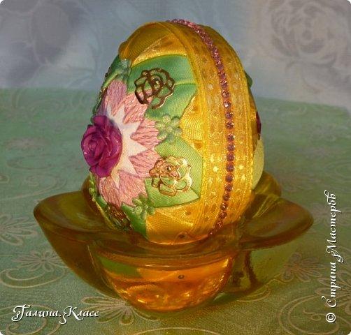 """Мои новые пасхальные яйца-перевёртыши! Так как яиц у меня уже очень много, а идеи по их оформлению не кончаются, я сначала делаю обе стороны яйца из одинаковых лент, а потом оформляю их по-разному. В итоге на тебя """"смотрит"""" одно яйцо, а в зеркале отражается другое! фото 15"""