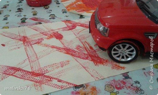 Делаем отпечатки колесами от игрушечного автомобиля фото 2