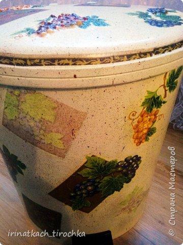 Попросила мама преобразить мусорное ведро, когда-то оно было белоснежное, стоит на кухне в уголочке, где его видно) фото 7