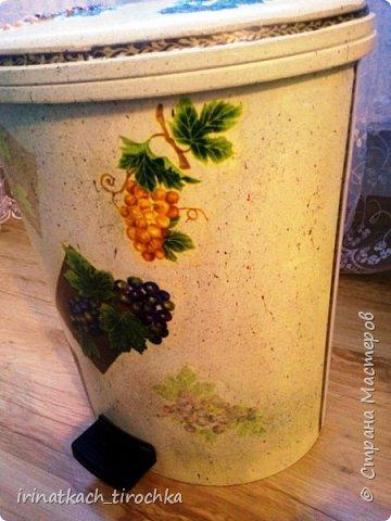 Попросила мама преобразить мусорное ведро, когда-то оно было белоснежное, стоит на кухне в уголочке, где его видно) фото 9
