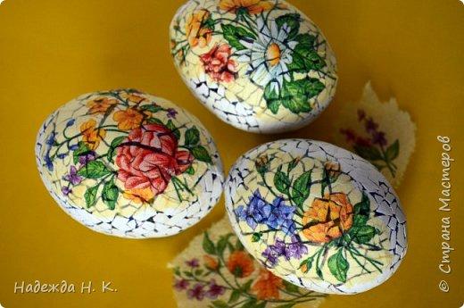 Доброго времени суток! И снова я к вам с пасхальными яичками, на этот раз они сделаны в технике имитации старинной керамики (во всяком случае  очень похоже). Яркие, праздничные, весенние букетики на нежном кракелюре, покрывающем  поверхность изделия, замечательный сувенир для родных и друзей. фото 9