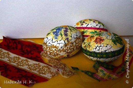 Доброго времени суток! И снова я к вам с пасхальными яичками, на этот раз они сделаны в технике имитации старинной керамики (во всяком случае  очень похоже). Яркие, праздничные, весенние букетики на нежном кракелюре, покрывающем  поверхность изделия, замечательный сувенир для родных и друзей. фото 10