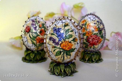 Доброго времени суток! И снова я к вам с пасхальными яичками, на этот раз они сделаны в технике имитации старинной керамики (во всяком случае  очень похоже). Яркие, праздничные, весенние букетики на нежном кракелюре, покрывающем  поверхность изделия, замечательный сувенир для родных и друзей. фото 3