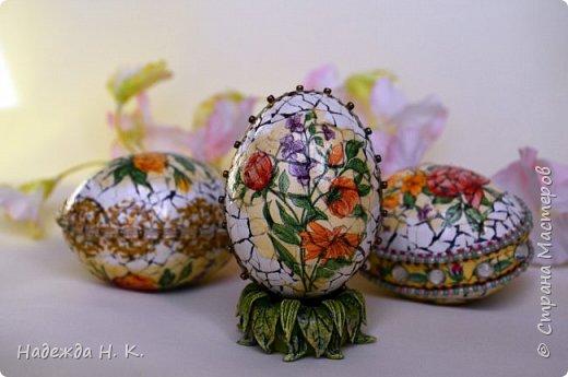 Доброго времени суток! И снова я к вам с пасхальными яичками, на этот раз они сделаны в технике имитации старинной керамики (во всяком случае  очень похоже). Яркие, праздничные, весенние букетики на нежном кракелюре, покрывающем  поверхность изделия, замечательный сувенир для родных и друзей. фото 2
