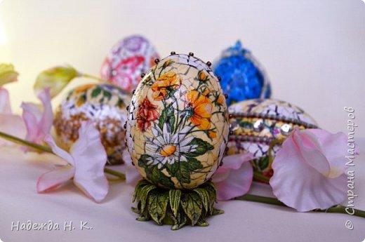 Доброго времени суток! И снова я к вам с пасхальными яичками, на этот раз они сделаны в технике имитации старинной керамики (во всяком случае  очень похоже). Яркие, праздничные, весенние букетики на нежном кракелюре, покрывающем  поверхность изделия, замечательный сувенир для родных и друзей. фото 1