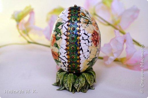 Доброго времени суток! И снова я к вам с пасхальными яичками, на этот раз они сделаны в технике имитации старинной керамики (во всяком случае  очень похоже). Яркие, праздничные, весенние букетики на нежном кракелюре, покрывающем  поверхность изделия, замечательный сувенир для родных и друзей. фото 14