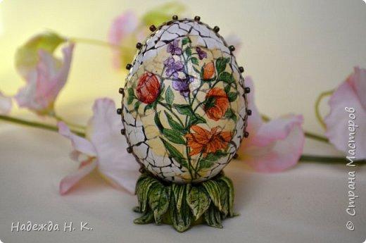 Доброго времени суток! И снова я к вам с пасхальными яичками, на этот раз они сделаны в технике имитации старинной керамики (во всяком случае  очень похоже). Яркие, праздничные, весенние букетики на нежном кракелюре, покрывающем  поверхность изделия, замечательный сувенир для родных и друзей. фото 12