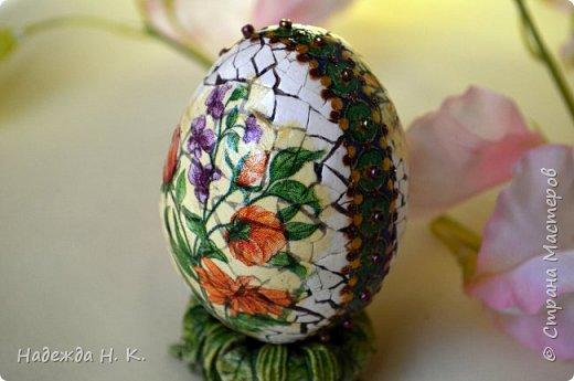 Доброго времени суток! И снова я к вам с пасхальными яичками, на этот раз они сделаны в технике имитации старинной керамики (во всяком случае  очень похоже). Яркие, праздничные, весенние букетики на нежном кракелюре, покрывающем  поверхность изделия, замечательный сувенир для родных и друзей. фото 15