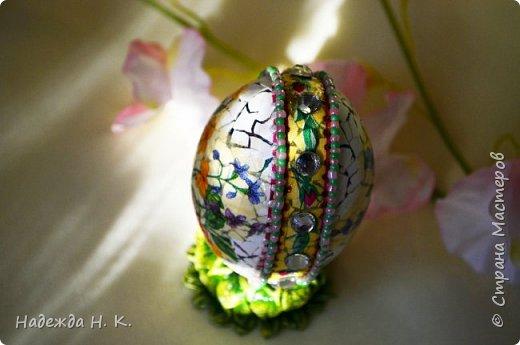 Доброго времени суток! И снова я к вам с пасхальными яичками, на этот раз они сделаны в технике имитации старинной керамики (во всяком случае  очень похоже). Яркие, праздничные, весенние букетики на нежном кракелюре, покрывающем  поверхность изделия, замечательный сувенир для родных и друзей. фото 39