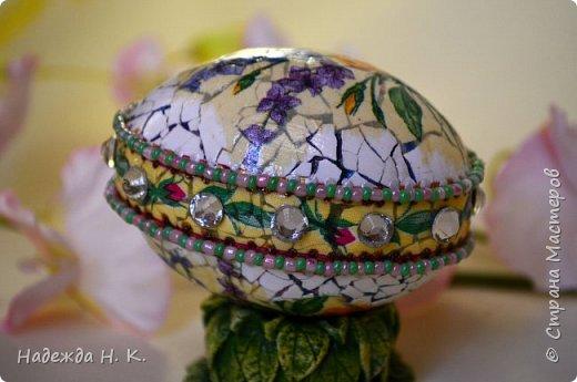 Доброго времени суток! И снова я к вам с пасхальными яичками, на этот раз они сделаны в технике имитации старинной керамики (во всяком случае  очень похоже). Яркие, праздничные, весенние букетики на нежном кракелюре, покрывающем  поверхность изделия, замечательный сувенир для родных и друзей. фото 38