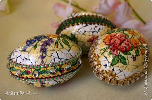 Доброго времени суток! И снова я к вам с пасхальными яичками, на этот раз они сделаны в технике имитации старинной керамики (во всяком случае  очень похоже). Яркие, праздничные, весенние букетики на нежном кракелюре, покрывающем  поверхность изделия, замечательный сувенир для родных и друзей. фото 68