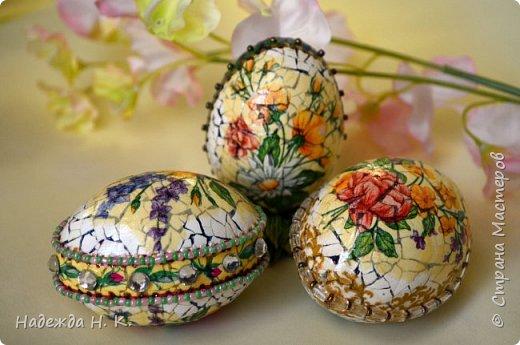 Доброго времени суток! И снова я к вам с пасхальными яичками, на этот раз они сделаны в технике имитации старинной керамики (во всяком случае  очень похоже). Яркие, праздничные, весенние букетики на нежном кракелюре, покрывающем  поверхность изделия, замечательный сувенир для родных и друзей. фото 42