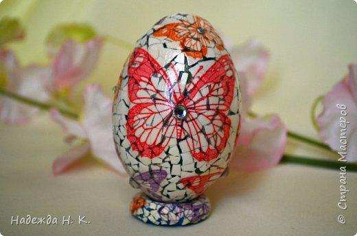 Доброго времени суток! И снова я к вам с пасхальными яичками, на этот раз они сделаны в технике имитации старинной керамики (во всяком случае  очень похоже). Яркие, праздничные, весенние букетики на нежном кракелюре, покрывающем  поверхность изделия, замечательный сувенир для родных и друзей. фото 61