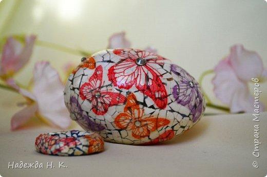 Доброго времени суток! И снова я к вам с пасхальными яичками, на этот раз они сделаны в технике имитации старинной керамики (во всяком случае  очень похоже). Яркие, праздничные, весенние букетики на нежном кракелюре, покрывающем  поверхность изделия, замечательный сувенир для родных и друзей. фото 67