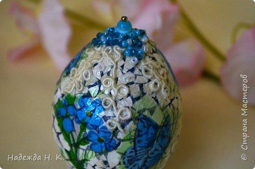 Доброго времени суток! И снова я к вам с пасхальными яичками, на этот раз они сделаны в технике имитации старинной керамики (во всяком случае  очень похоже). Яркие, праздничные, весенние букетики на нежном кракелюре, покрывающем  поверхность изделия, замечательный сувенир для родных и друзей. фото 50